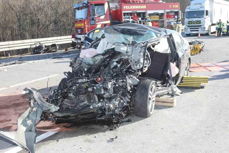 Mit schweren Verletzungen wurde der Fahrer aus seinem Wagen geholt.