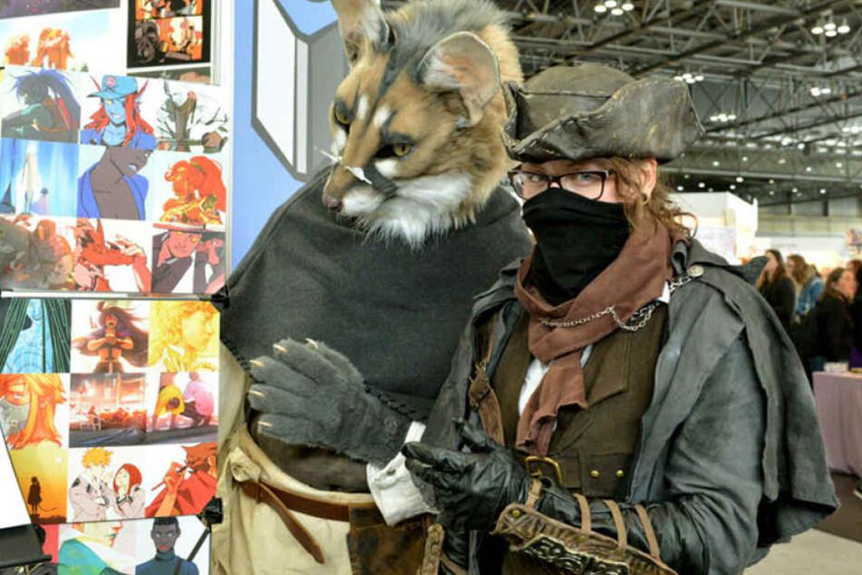 """Hingucker: Feli (28, l.) als Ginsterkatze und Anja (27) als Figur aus dem Computerspiel """"Bloodborn""""."""