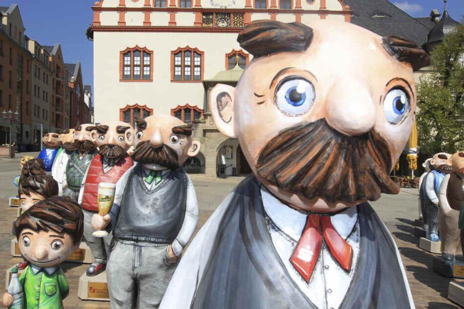 Die lebensgroßen Holzfiguren weisen den Weg von der Bahnhofstraße zum Erich-Ohser-Haus.