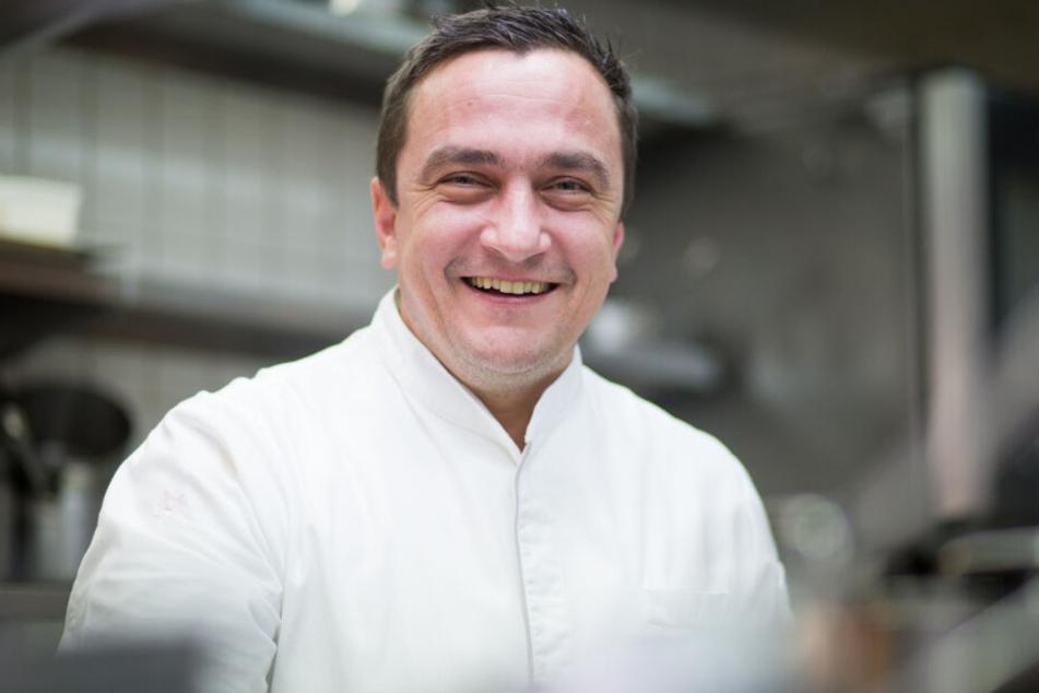 Torsten Michel, Küchenchef der Schwarzwaldstube im Hotel Traube steht vor einem Jahr in seiner Restaurantküche.
