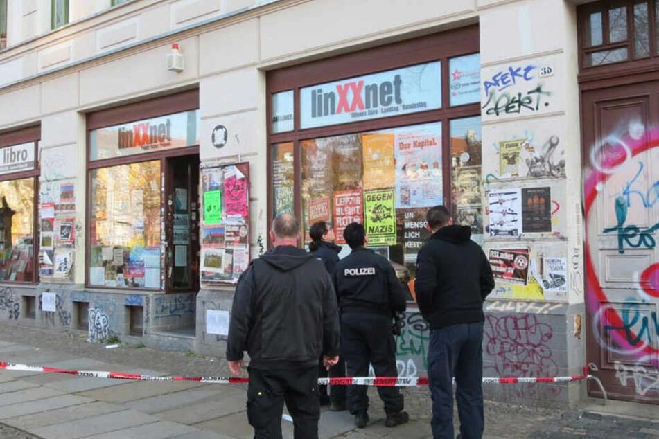 Die Polizei begutachtet die Einschüsse. Das Operative Abwehrzentrum hat die Ermittlungen aufgenommen.