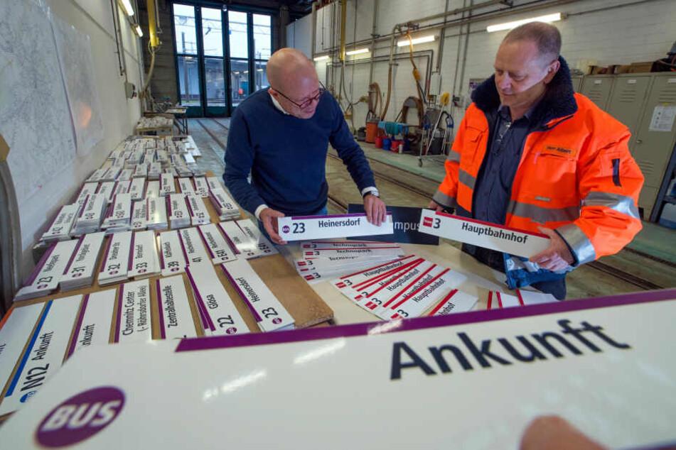 """Neue Schilder: Die CVAG startet mit dem """"Neuen Netz"""" auch eine neue Buslinie. Stefan Tschök (60, l.) und Produktmanager Uwe Albert (53) sortieren die Anzeigentafeln."""