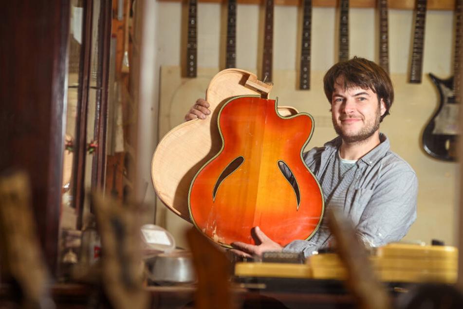 E-Gitarrenbauer Jan Steinbrecher (36) in seiner Werkstatt an der Erfurter Straße.
