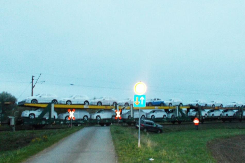 Die Autofahrerin übersah den voll beladenen Güterzug am unbeschrankten Bahnübergang.