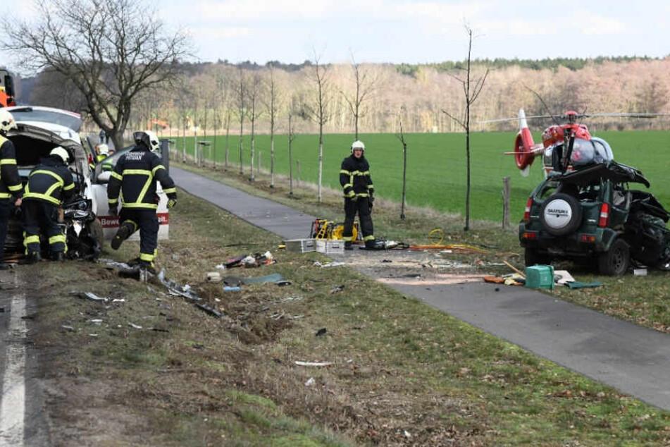 Rettungskräfte sind an der Unfallstelle.