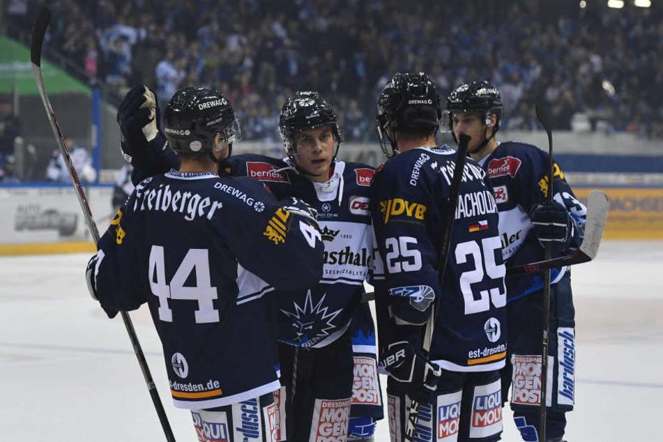 Die Eislöwen bejubeln den deutlichen 7:1-Sieg gegen die Starbulle Rosenheim.