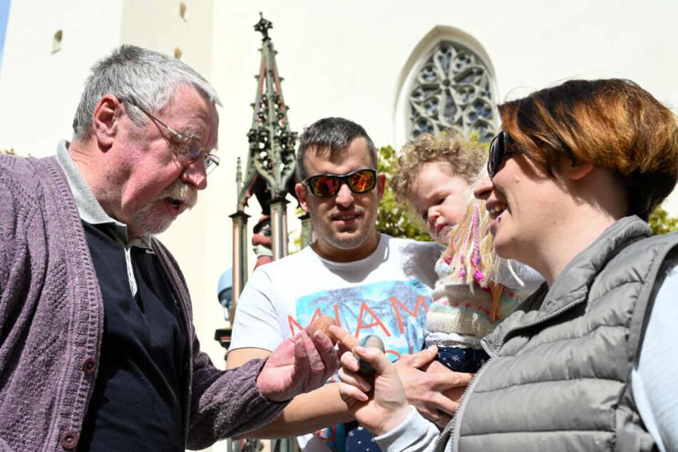 """Mehrere Leutkircher Bürger treffen sich nach dem Gottesdienst vor der Dreifaltigkeitskirche zum traditionellen """"Ostereierklöckeln""""."""