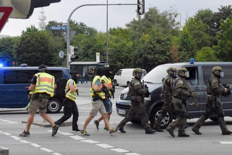 Polizisten in Spezialausrüstung in der Nähe des Olympia-Einkaufszentrums (OEZ). (Archiv)