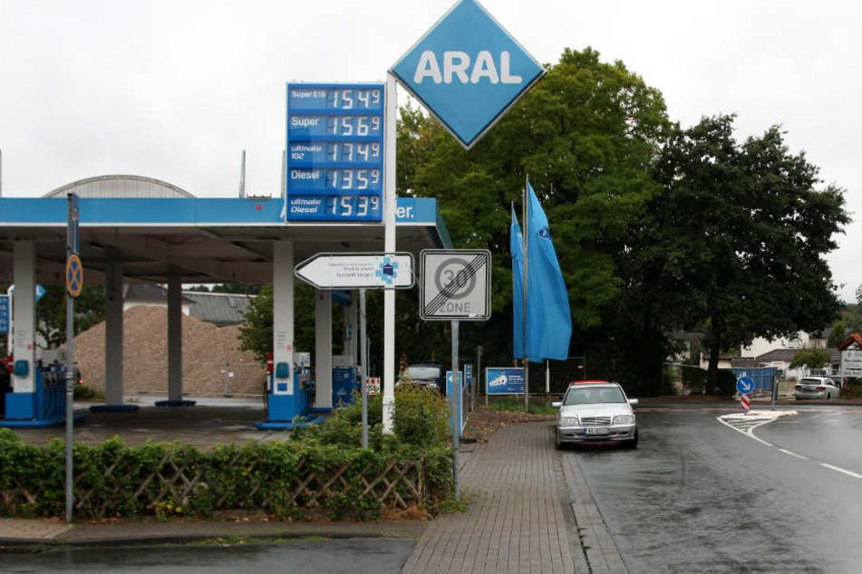 In der Nähe der Aral-Tankstelle an der Potsdamer Straße griff der 29-Jährige seinen Kontrahenten an.