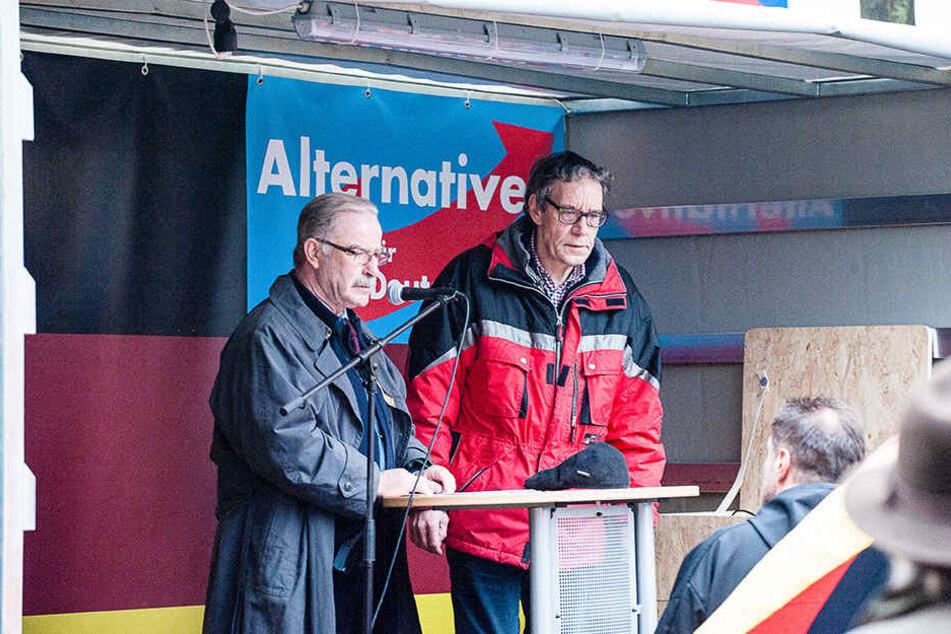 AfD-Sprecher Rolf Diekwisch (li.) hält vor den 90 Zuhörern eine Rede.