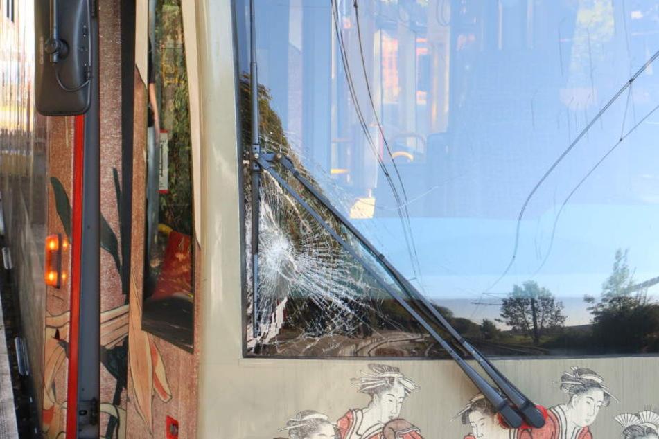 Die Scheibe an der KVB-Bahn war nach dem Unfall zertrümmert.