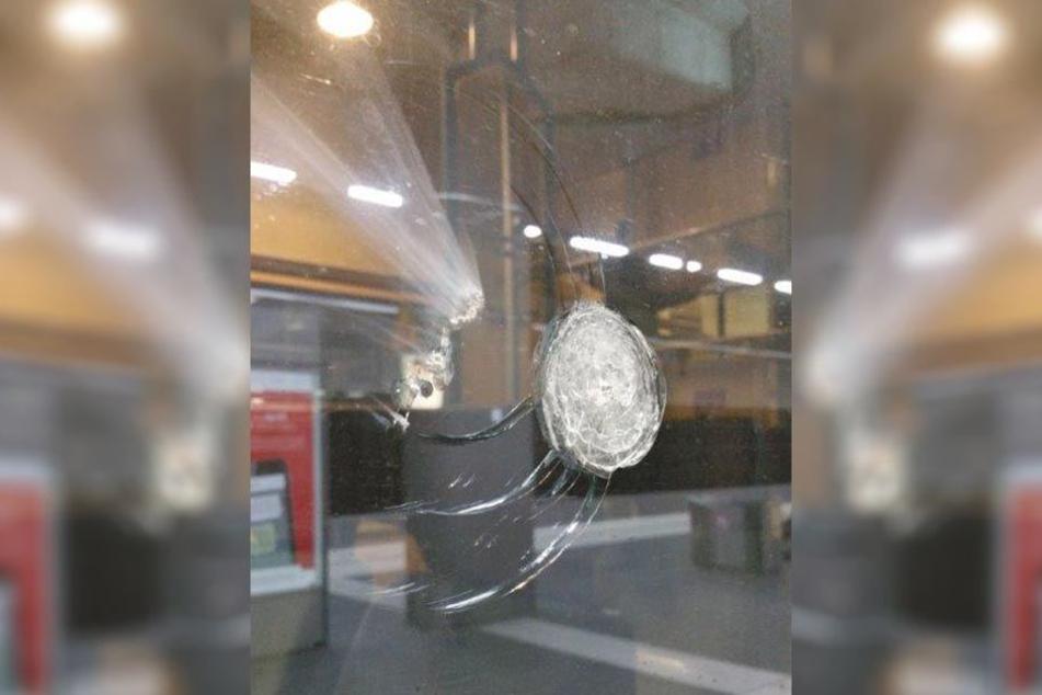 An einem Fenster des Intercity entstanden Sachschäden durch die Steinwürfe.