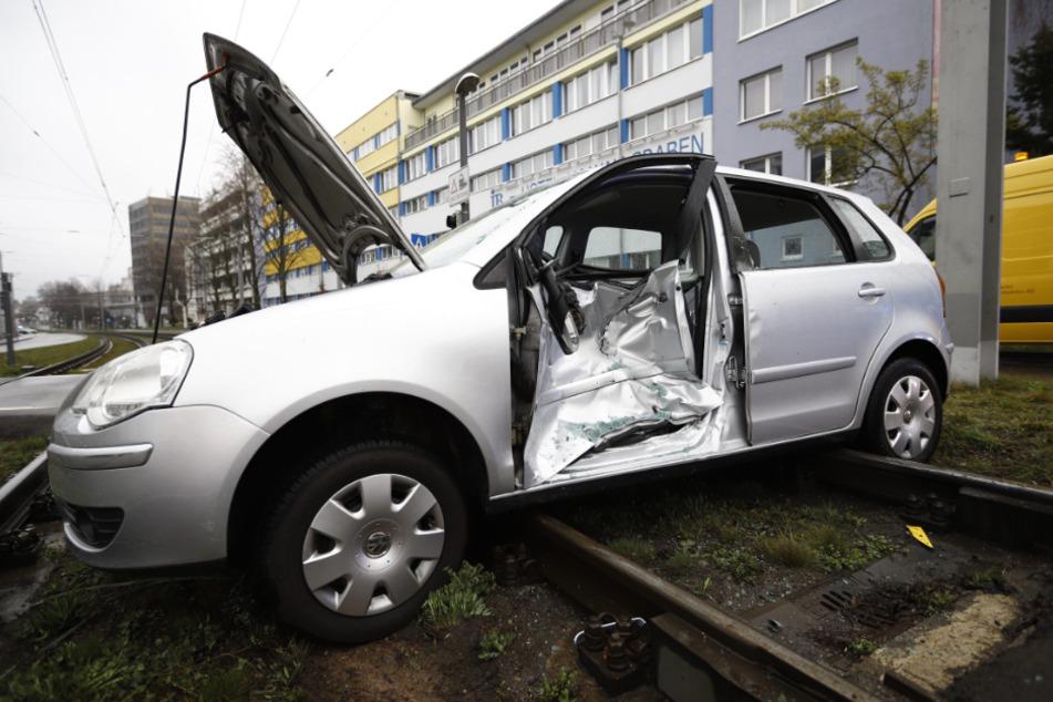 Schwerer Unfall in Stuttgart: Auto und Stadtbahn kollidieren