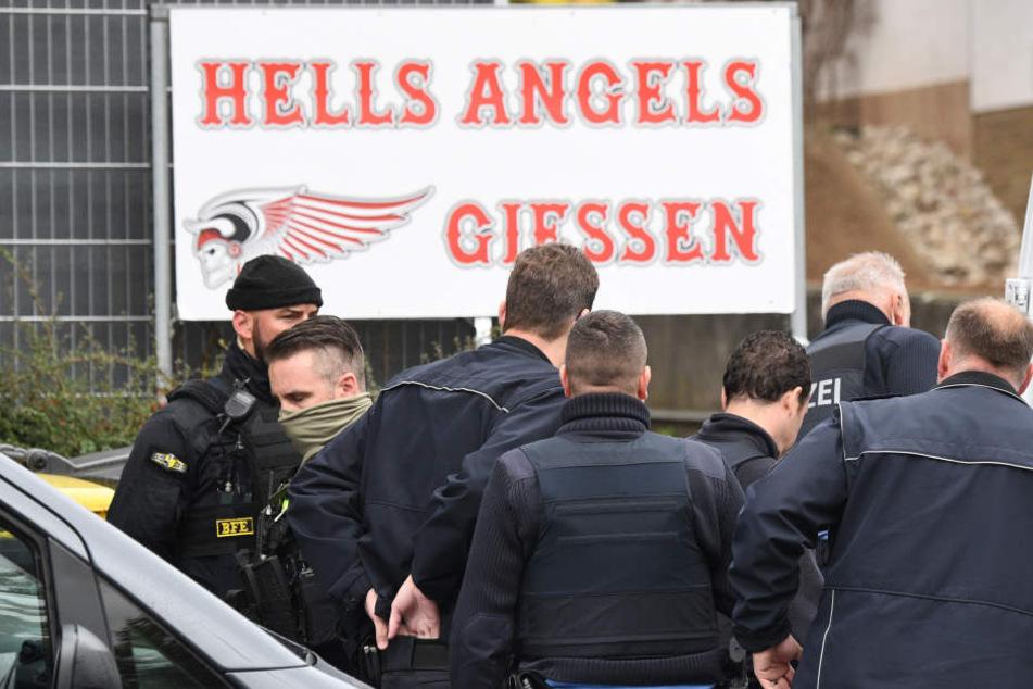 Polizisten treffen am Vereinsheim der Hells Angels ein.