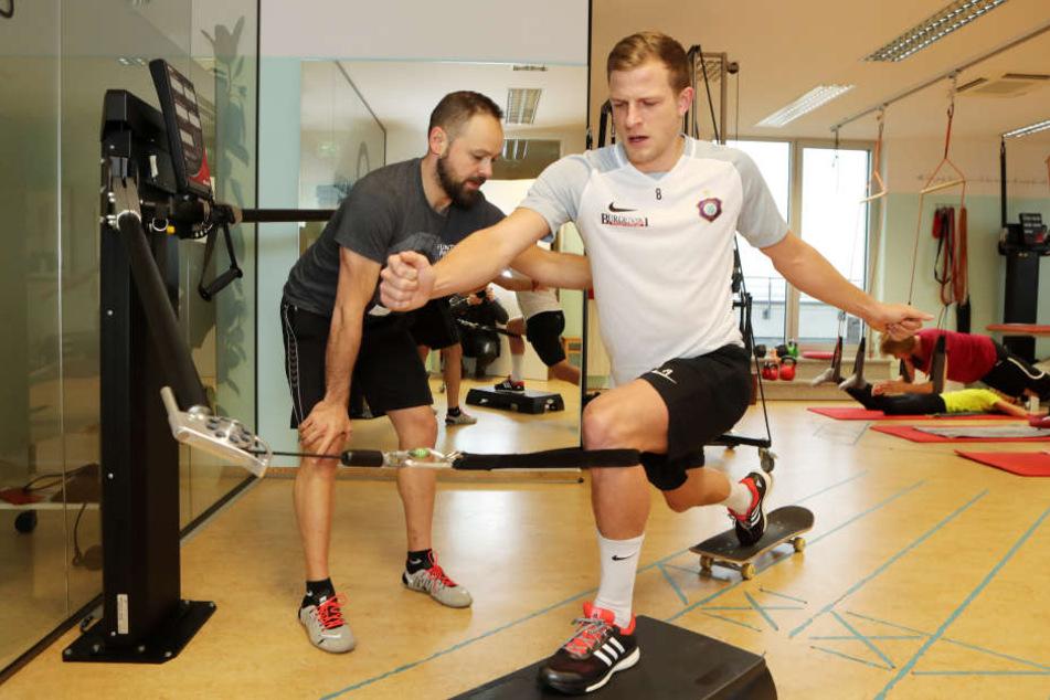 Nicky Adler (r.) mit Sporttherapeut Daniel Förster in der Reha. Ende des Monats, spätestens Anfang März will der Auer Stürmer komplett ins Mannschaftstraining einsteigen.