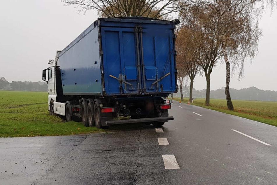 Der Lastwagen-Fahrer versuchte noch auszuweichen und landete im Straßengraben.