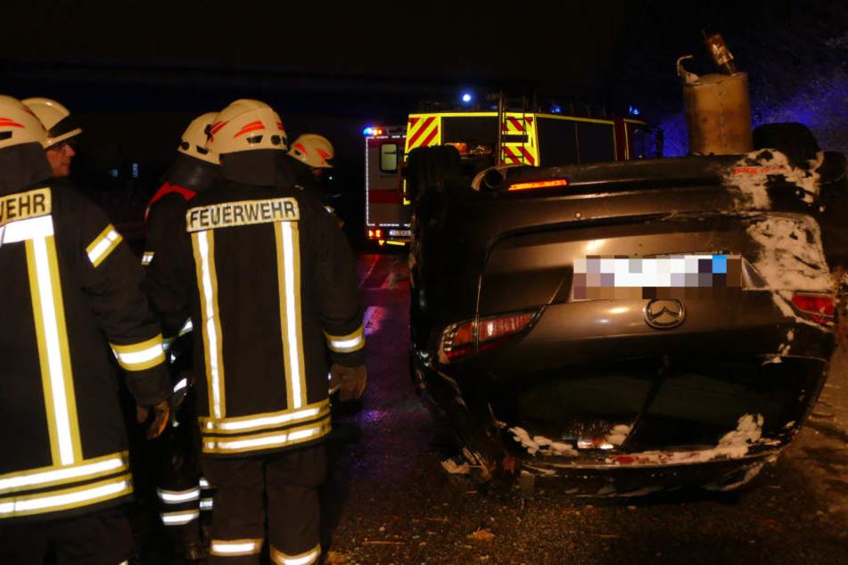 Die Feuerwehr musste die Frau aus ihrem Wagen befreien.