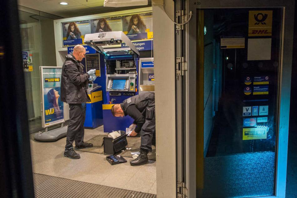 Kriminaltechniker untersuchen den Tatort.