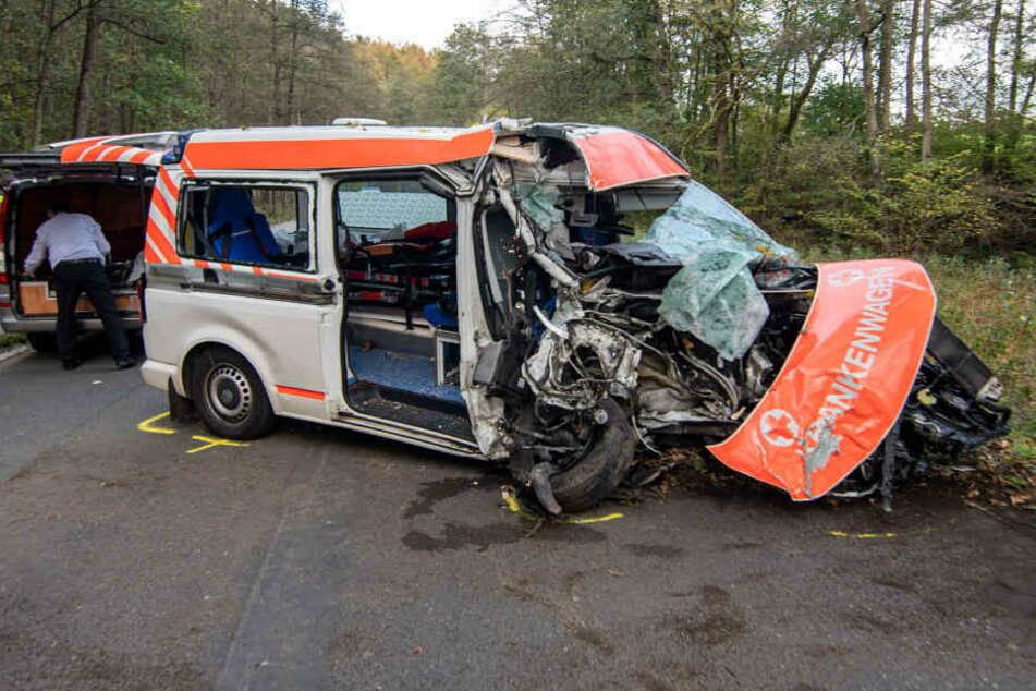 Ein Krankenwagen steht nach einem Unfall auf einer Straße.