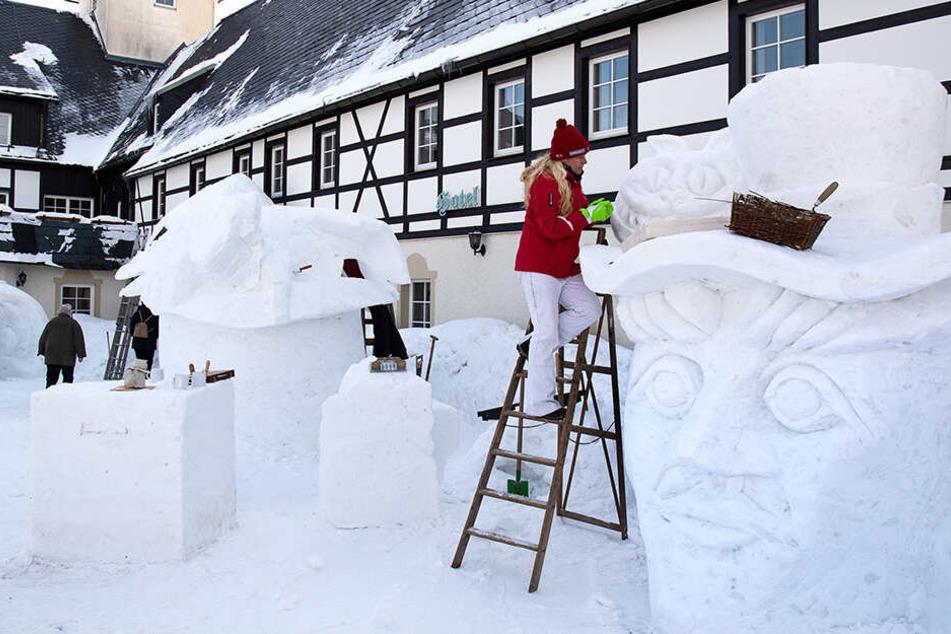 Mit Liebe zum Detail: Annett Punte nimmt sich vor dem Landhotel Altes Zollhaus viel Zeit für ihr eisiges Kunstwerk.