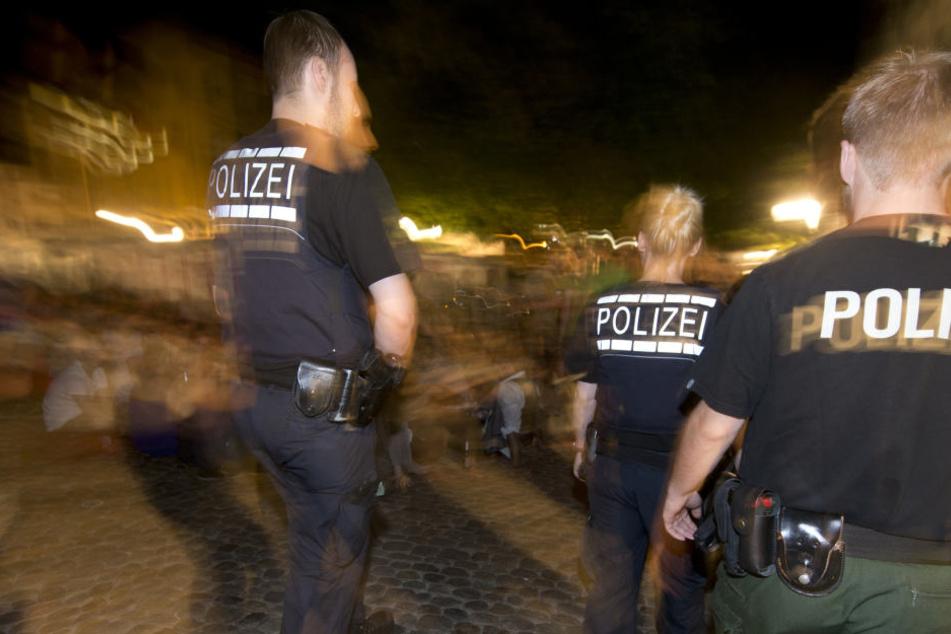 Die Polizisten betraten die Wohnung, da ging der Mann mit dem Metallstab auf sie los (Symbolbild).