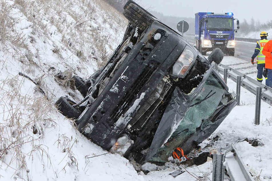 Schwerer Unfall auf A4: VW schleudert über Leitplanke