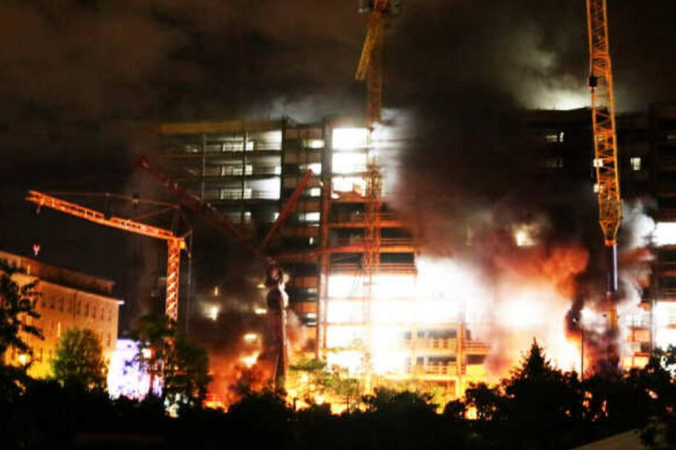 Anfang Oktober wurden mehrere Kräne an der Prager Straße in Brand gesetzt, der Schaden beträgt mehrere Millionen Euro. Auf der Großbaustelle des ehemaligen Technischen Rathauses entstehen neue Wohnungen.