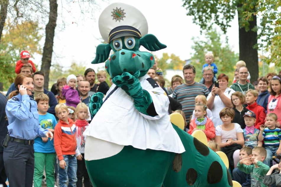 Polizei-Dino im Dienst - bei den Kindern ist Poldi der beliebteste Polizist Sachsens.