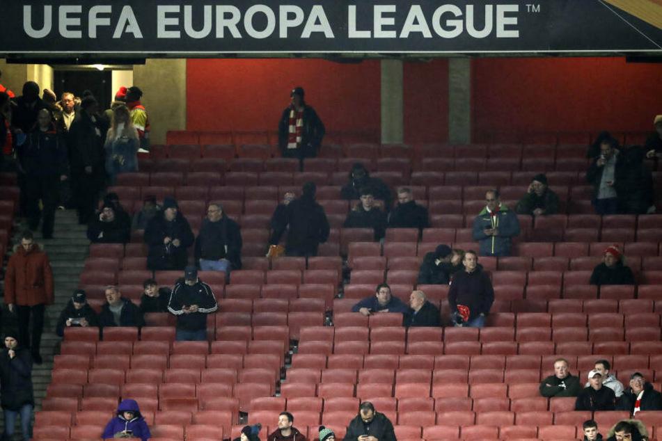 Ein Blick auf die teils gespenstisch leer wirkenden Ränge im Londoner Emirates Stadium.
