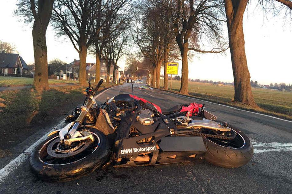 DAs Motorrad blieb erst 100 Meter von der Unfallstelle liegen.