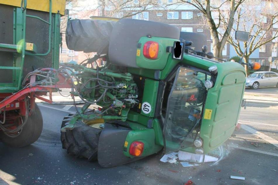 Der Traktor kippte nach der Notbremsung und dem Ausweichmanöver auf die Seite.