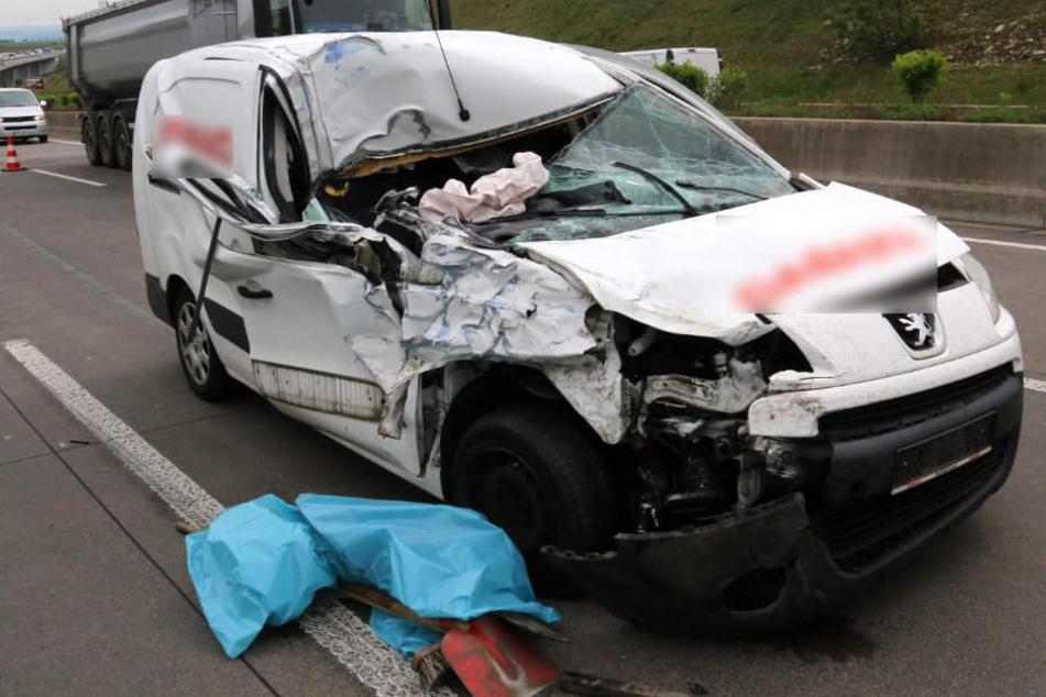 Aus diesem Wrack kam der Fahrer fast unverletzt heraus