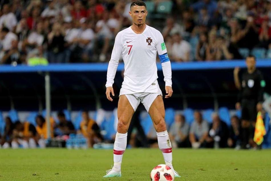 Die Hose am Anschlag tritt Ronaldo zum Freistoß an. Gebracht hat es nichts.