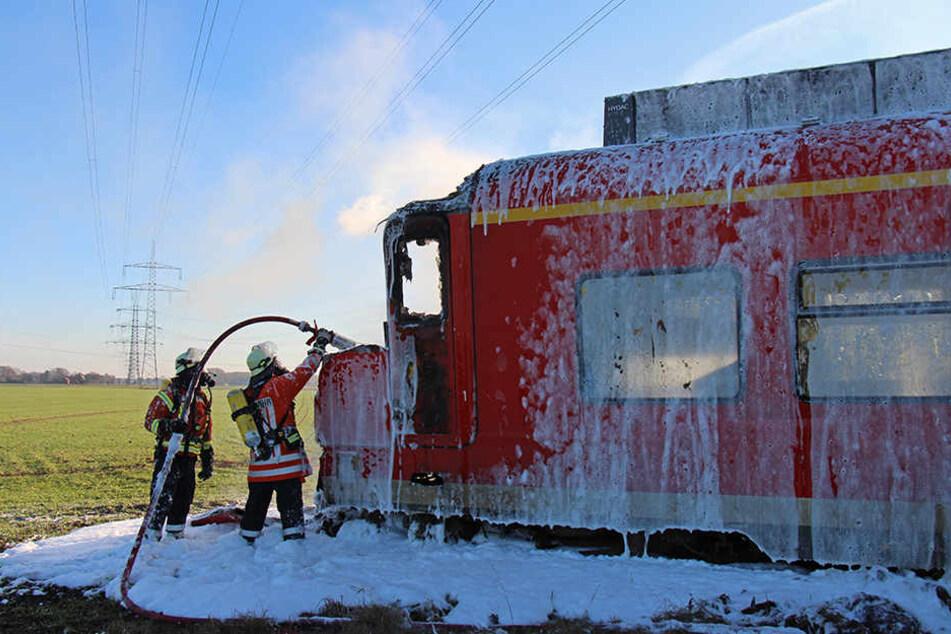 Mit vollen Kräften brachte die Feuerwehr das Feuer unter Kontrolle.
