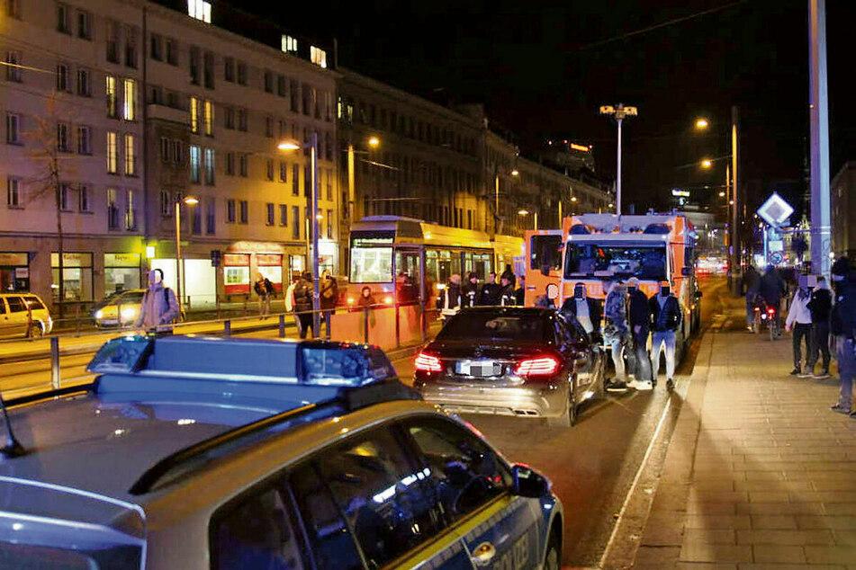 Die Unfallstelle am Ranstädter Steinweg kurz nach der Kollision. Im Rettungswagen kämpft der Notarzt um das Leben des jungen Ruben (16).