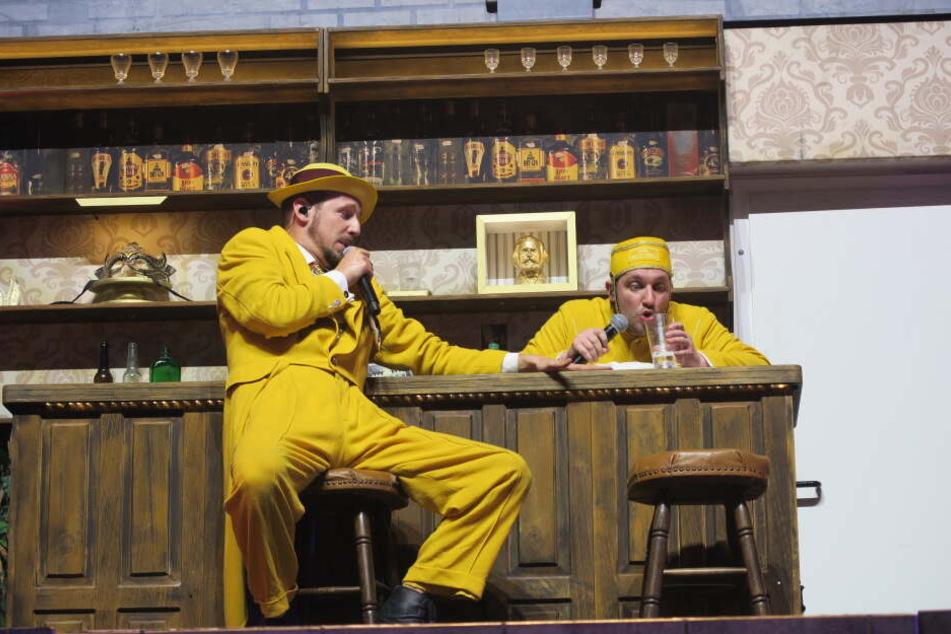 """Für """"Ein Problem mit Alkohol"""" ging es hingegen zusammen mit """"Lift Boy Bastie"""" an die Bar. Immer wieder änderte sich das Bühnenbild, passend zum Thema des jeweiligen Songs."""