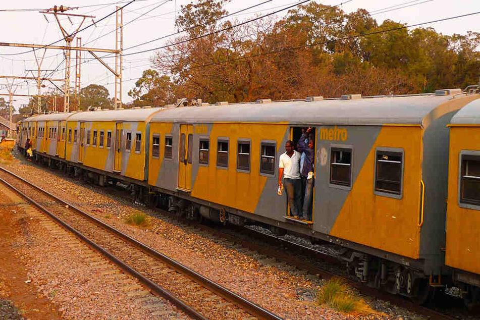 Ein Zug wie dieser ist in Südafrika mit einem anderen kollidiert. (Symbolbild)