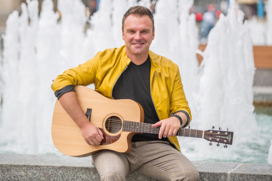 Komponiert und textet seine Schlager selbst: René Ulbrich (42) kann sich zu seinen Songs auf der Gitarre und am Piano begleiten.