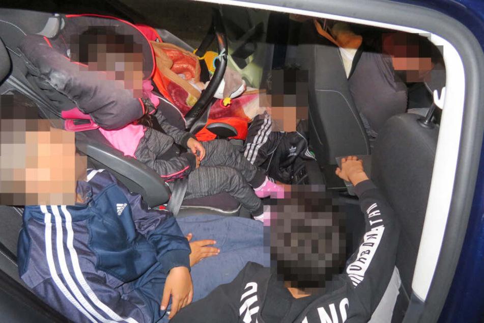 Die Kinder waren eng in das Auto gepfercht.