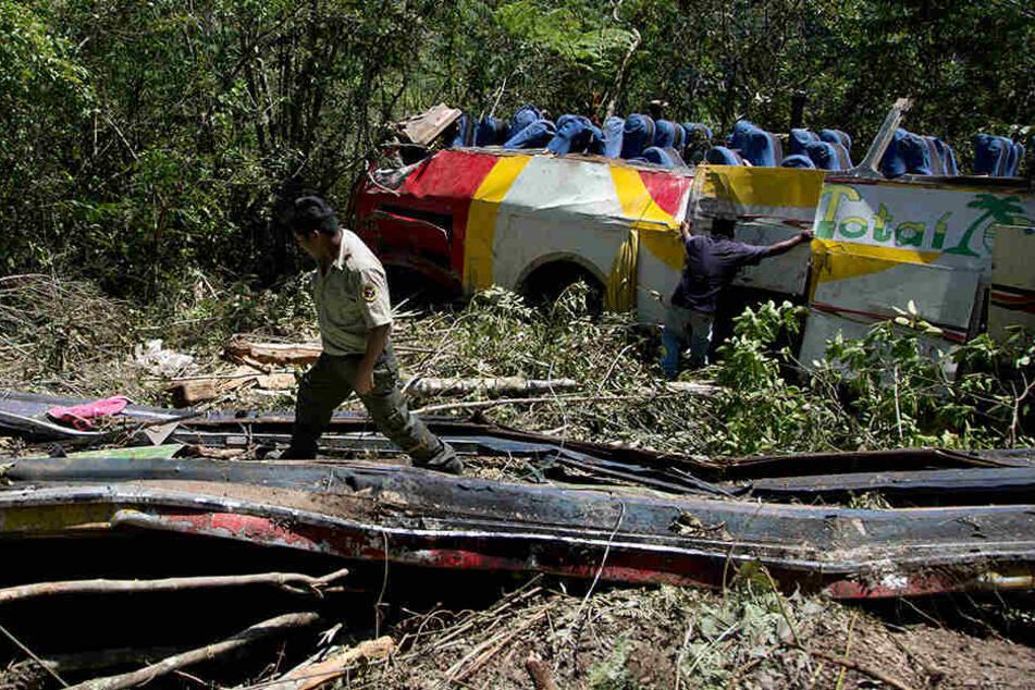 Der Bus stürzte 300 Meter in die Tiefe: Mindestens 25 Menschen starben.