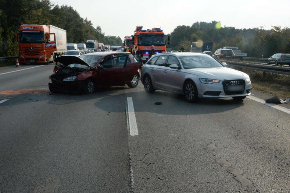 Bei dem ersten Unfall fuhr der silberne Audi auf den Passat auf.