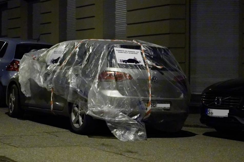 """Auf dem Auto war an der Windschutzscheibe ein Zettel angebracht: """"Kannste so parken, ist dann halt scheiße""""."""