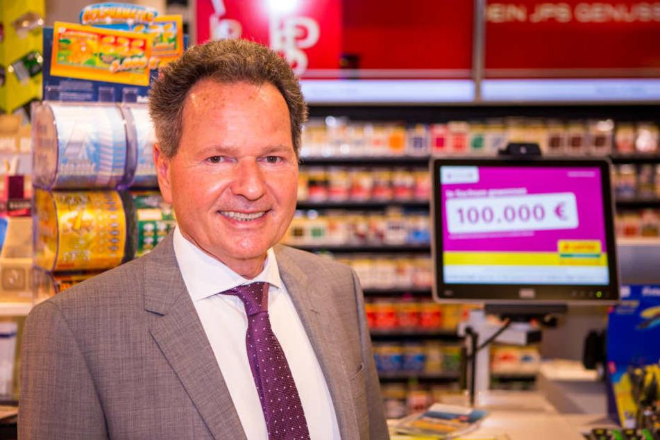 Siegfried Schenke, Geschäftsführer der Sächsischen Lotto-GmbH freut sich für den Gewinner.