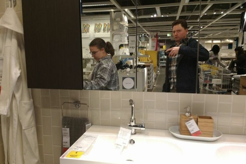 Lustiges Selfie im Spiegel: Man sieht, was Nathanael vom Ikea-Besuch hält.