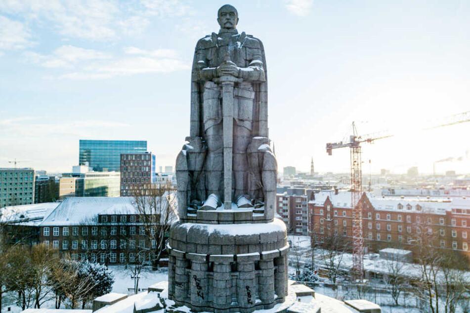 Das Bismarck-Denkmal thront über St. Pauli. In den kommenden Monaten wird der Riese saniert.