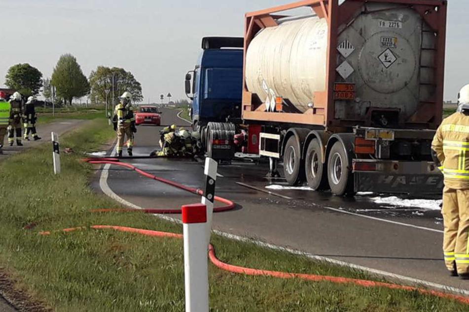 Der Lkw-Fahrer stoppte sein Gefährt auf der S38 kurz nach der A14-Abfahrt Mutzschen (Landkreis Leipzig), weil er eine Rauchentwicklung bemerkte.