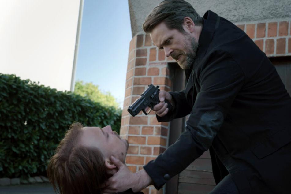 Nachdem Köhler von dem Verdächtigen beim Einbruch in dessen Haus erwischt wurde, zögert er nicht lang und greift gleich zur Waffe.