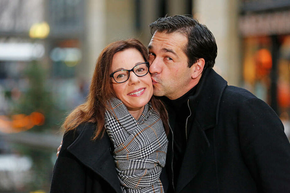 in Küsschen zum Wiedersehen - Andreas Elsholz (44) knutscht seine Schauspiel-Kollegin Mirjam Köfer (43).