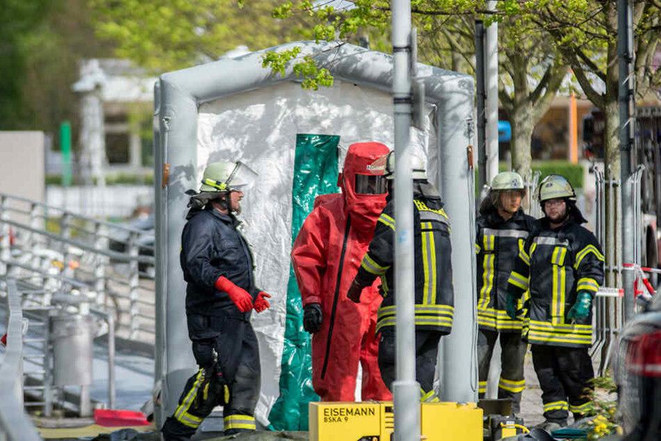 Die Feuerwehr musste in Chemieschutzanzügen zu dem Kanister vorrücken.