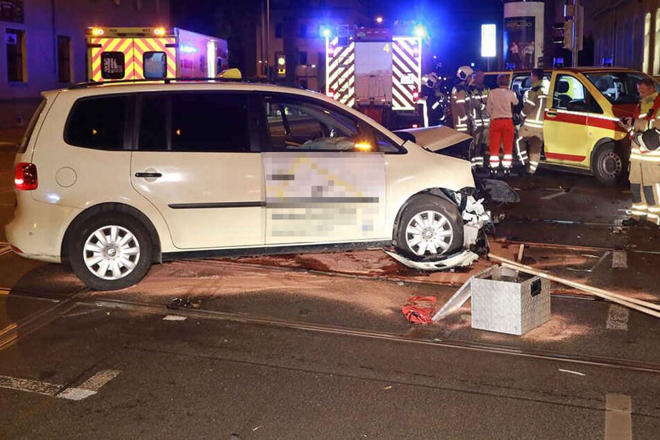 Der Taxifahrer und ein Fahrgast wurden ebenfalls verletzt.